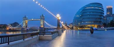 伦敦-塔桥梁的全景,有现代城镇厅大厦的散步在黄昏 免版税库存图片
