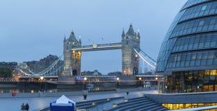 伦敦-塔桥梁的全景,有现代城镇厅大厦的散步在黄昏 免版税图库摄影