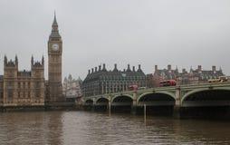 伦敦-大本钟塔和威斯敏斯特桥梁有红色双层公共汽车的 免版税库存照片