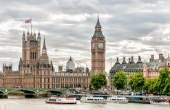 伦敦-大本钟钟楼、有小船的议院议会和泰晤士河看法  免版税库存照片
