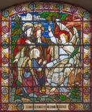 伦敦-妇女访问在satined杯的空的坟茔现场圣詹姆斯` s教会, Clerkenwell 库存图片