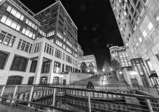 伦敦- 2015年6月:金丝雀码头摩天大楼地平线在晚上 库存图片
