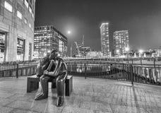 伦敦- 2015年6月:金丝雀码头摩天大楼地平线在晚上 图库摄影