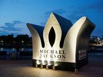 伦敦2018年8月29日,迈克尔杰克逊金刚石生日庆祝,以在他的架设的冠的形式临时纪念碑 库存照片