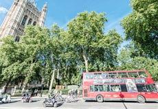 伦敦- 2015年6月14日:双层公共汽车在威斯敏斯特 Lo 库存照片