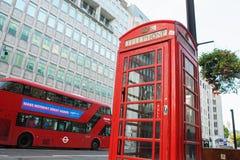 伦敦- 2017年8月19日:红色电话亭和双层汽车Bu 库存图片
