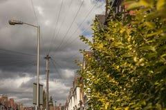 伦敦-房子、多云天空和导线墙壁  库存图片