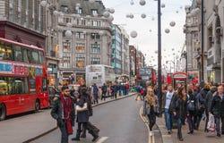 伦敦 摄政的街道、牛津马戏与许多步行者和汽车,出租汽车在路 库存图片