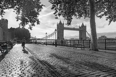 伦敦-散步和塔桥梁在早晨光 免版税库存照片