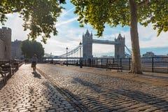 伦敦-散步和塔桥梁在早晨光 库存图片
