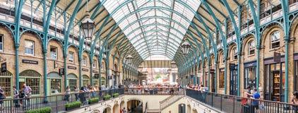 伦敦- 2013年6月:人们在科文特花园 伦敦是被参观的b 免版税库存照片