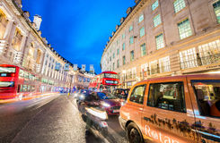 伦敦- 2015年6月:在日落以后的交通在牛津街 Londo 免版税库存图片
