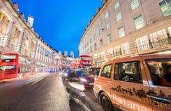 伦敦- 2015年6月:在日落以后的交通在牛津街 Londo 免版税库存照片