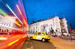 伦敦- 2015年6月:在日落以后的交通在牛津街 Londo 图库摄影