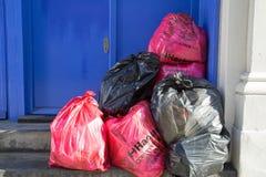 伦敦10月2017年,垃圾的不同的类型的不同的色的袋子 图库摄影