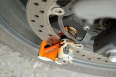 伦敦10月2017年,桔子烙记了盘锁到位在摩托车轮子 免版税图库摄影