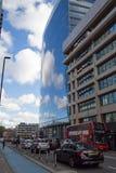 伦敦10月2017年, A现代大厦反射多云蓝天 库存照片
