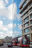 伦敦10月2017年, A现代大厦反射多云蓝天 免版税库存照片
