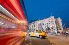 伦敦- 2015年6月15日:公共汽车和交通在皮卡迪利广场a 库存图片