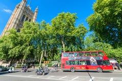 伦敦- 2015年6月14日:双层公共汽车在威斯敏斯特 Lo 库存图片