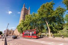 伦敦- 2015年6月14日:双层公共汽车在威斯敏斯特 Lo 免版税库存图片