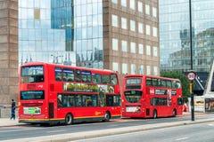 伦敦- 2016年9月24日:在城市街道的双层公共汽车 库存照片