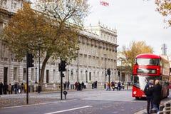 伦敦- 2016年11月16日:在富勒姆百老汇的繁忙的交通 库存照片