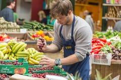 伦敦- 2015年6月12日:在条板箱的新鲜蔬菜在农夫市场,伦敦,英国上 免版税库存图片