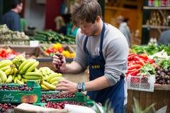 伦敦- 2015年6月12日:在条板箱的新鲜蔬菜在农夫市场,伦敦,英国上 免版税库存照片
