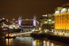 伦敦- 2016年11月17日:塔桥梁在晚上 免版税图库摄影