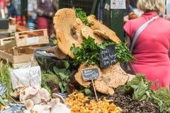 伦敦- 2015年6月12日:干蘑菇在自治市镇市场,伦敦,英国上 图库摄影