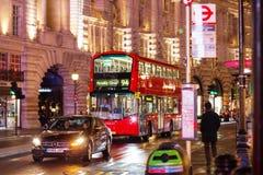 伦敦- 2016年11月17日:皮卡迪利广场和Routemaster d 免版税库存图片