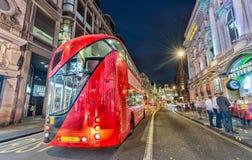 伦敦- 2015年6月14日:红色双层公共汽车在城市加速 库存照片