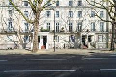 伦敦- 3月30 :典型的城内住宅行在2017年3月30日的伦敦肯辛顿和诺丁山 免版税库存图片