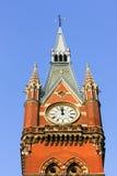伦敦- 12月20 :古板的时钟在圣Pancras Interna 库存照片