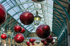 伦敦- 11月3 :圣诞节deorations在科文特花园在L 库存照片