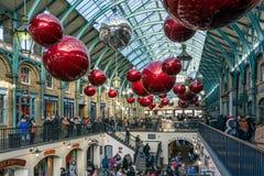 伦敦- 11月3 :圣诞节deorations在科文特花园在L 免版税库存图片