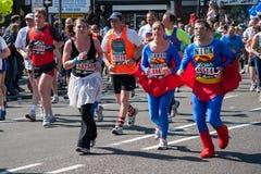 伦敦- 4月17 :在伦敦马拉松的赛跑者4月17日, 免版税库存照片