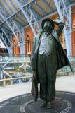 伦敦- 12月20 :在显示的约翰Betjeman先生雕象在St 库存图片