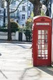 伦敦- 3月30 :在白色城内住宅前面的偶象红色电话亭在2017年3月30日的肯辛顿 库存图片