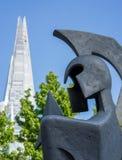 伦敦- 6月10 :在碎片前面的战士雕塑在Lo 免版税库存图片