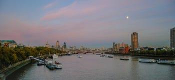 伦敦- 11月12 :在黄昏的伦敦地平线20 11月12日, 库存图片