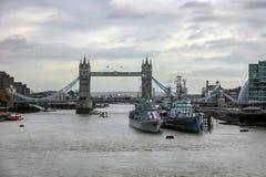 伦敦- 11月17 :塔桥梁和两艘军舰看法  库存照片