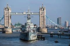 伦敦- 3月13 :往HMS贝尔法斯特的看法和塔桥梁在L 图库摄影
