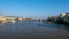 伦敦- 3月13 :往HMS贝尔法斯特的看法和塔桥梁在L 免版税库存图片