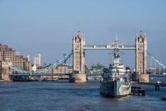 伦敦- 3月13 :往HMS贝尔法斯特的看法和塔桥梁在L 库存图片