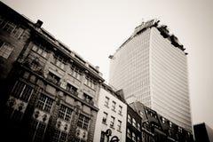 伦敦- 9月21 :携带无线电话大厦 库存照片