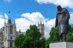 伦敦- 7月30 :温斯顿・丘吉尔雕象在7月的伦敦 免版税图库摄影