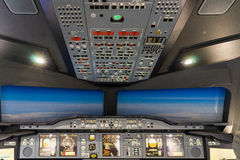伦敦- 6月25 :空中客车A-380-800飞行防真器在伦敦o 库存照片
