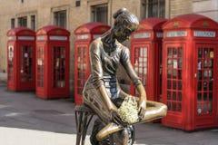 伦敦- 3月30 :芭蕾舞团首席女演员雕象在科芬园里与 库存图片
